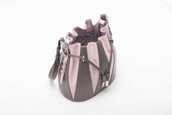 Piccola borsa a secchiello in vitello stampa cervo e pieno fiore fango e rosa foto aperta