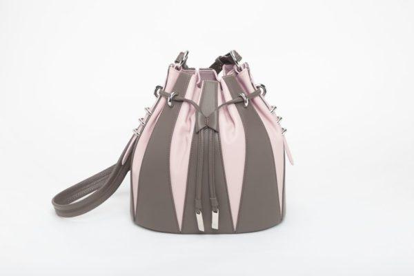 Piccola borsa a secchiello in vitello stampa cervo e pieno fiore fango e rosa foto posteriore