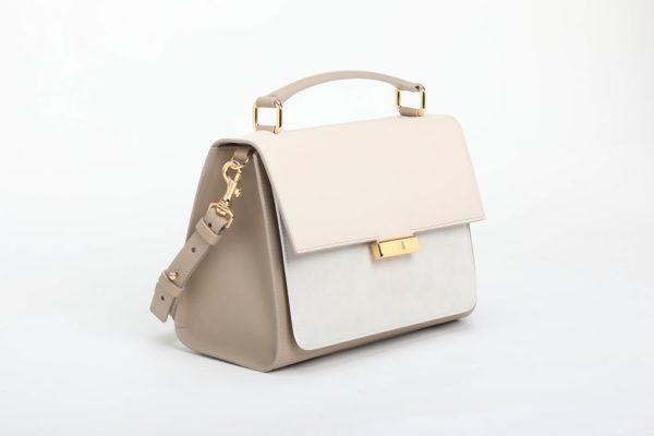 borsa bianca laterale con accessori in metallo finitura oro