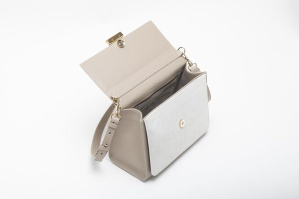 borsa bianca aperta con accessori in metallo finitura oro
